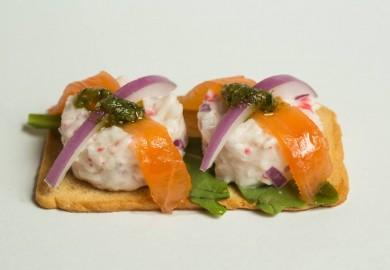 """Tapa """"Bocaditos de Txaka y Salmón marinado"""": Txaka, cebolla, mayonesa, salmón y aceite verde de eneldo, sobre chapata artesana. Origen: País Vasco  COMO VACA SIN CENCERRO – C/ Olivar, 54"""