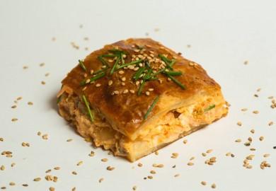 """Tapa """"Salmón Croùte"""": Láminas de hojaldre, salmón escabechado, crema de queso, huevo, cebolla, nata, cebollino y sésamo. Origen: Francia  La Inquilina – C/ Ave María, 39"""