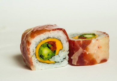 """Tapa """"JAM & ROLL"""": Maki sushi relleno de espárrago verde, queso chedar, tomate seco y rúcula; envuelto en jamón. Origen: Japón-España  Su Si – C/ Argumosa, 30"""