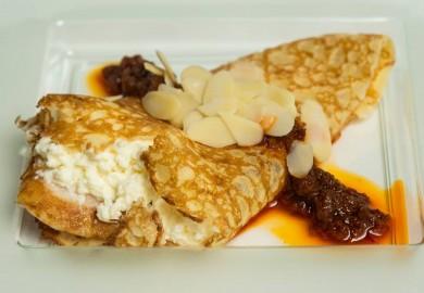 "Tapa ""Crep Guanche"": Crep, pechuga de pollo asado, queso fresco, mojo picón y almendra laminada. Origen: Canarias  PERRO MALO – C/ Lavapiés, 12"