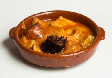 """Tapa """"Callos a la Madrileña"""": Callos de ternera con morro y pata, acompañados con chorizo y morcilla; cocinado todo al estilo madrileño con una salsa ligéramente picante. Origen: Madrid  PEÑALAIRE – C/ Embajadores, 21"""