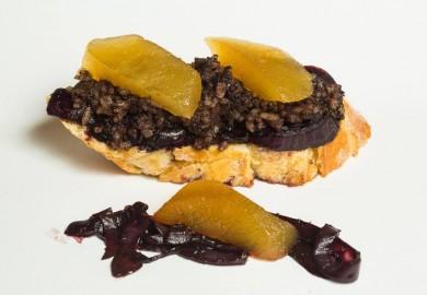 """Tapa """"Que nos den morcilla"""": Cebolla al vino, morcilla, cebolla caramelizada y pan tostado. Origen: Burgos  TABERNA LA CORRALA – C/ Salitre, 27"""