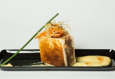 """Tapa """"Sandwich de Pringá"""". Pringá: Pan de sandwich, gallina, morcilla de ternera y morcilla de cebolla, chorizo y tocino blanco. Hummus: garbanzos y cominos. Vinagreta: col china, zanahoria, tomate, cebollino, piparras y curry. Origen: España-Norte África y Asia  Juan Raro – C/ Miguel Servet, 7"""