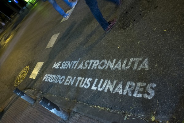 astronauta.perdido.lunares.frase.madrid.comeria.versos.madridea